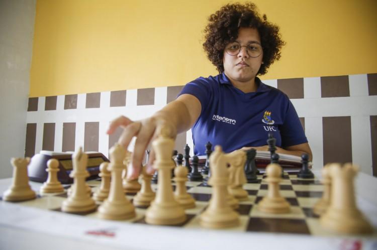 FORTALEZA, CE, BRASIL, 11.11.2020: Enxadrista Vanessa Ketlyn Sousa Rodrigues, de 22 anos. Ela é árbitra de xadrez, na modalidade universitário.