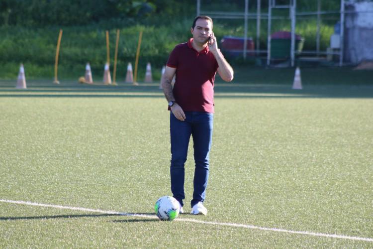 Presidente Marcelo Paz, do Fortaleza, fala ao telefone em treino no estádio Barradão, em Salvador (Foto: Dudu Oliveira/Fortaleza EC)