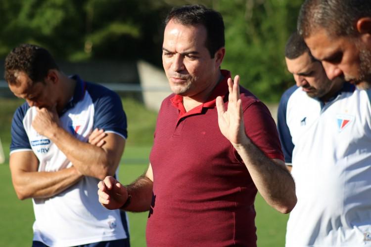 Presidente Marcelo Paz, do Fortaleza, conversa com jogadores em treino no estádio Barradão, em Salvador (Foto: Dudu Oliveira/Fortaleza EC)