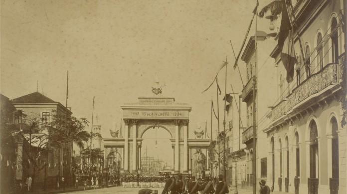 Tropas no Arco do Triunfo, no Rio de Janeiro, no final do século XIX