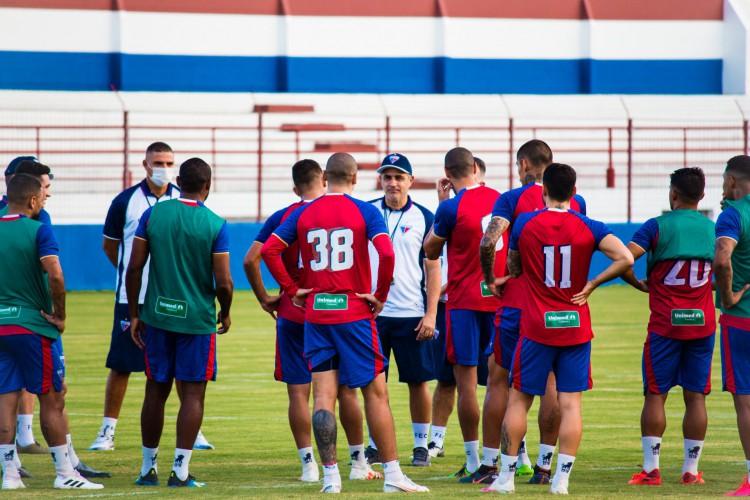 Técnico Marcelo Chamusca conversa com os jogadores em treino do Fortaleza no Centro de Excelência Alcides Santos, no Pici (Foto: Karim Georges/FortalezaEC)