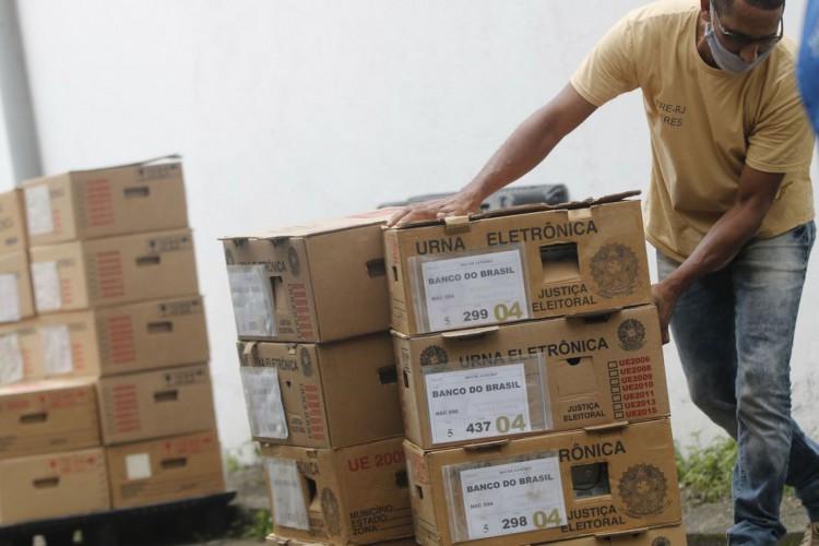 Rio de Janeiro - Distribuição das urnas eletrônicas do TRE para os locais de votação nas eleições municipais de 2020, no pólo eleitoral Jardim Botânico. (Fernando Frazão/Agência Brasil) (Foto: Fernando Frazão/Agência Brasil)