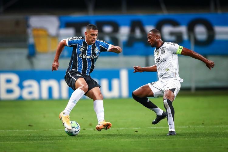 Zagueiro Luiz Otávio marca atacante Diego Souza em lance do jogo Grêmio x Ceará, na Arena do Grêmio, pelo Campeonato Brasileiro Série A (Foto: Lucas Uebel/Gremio FBPA)