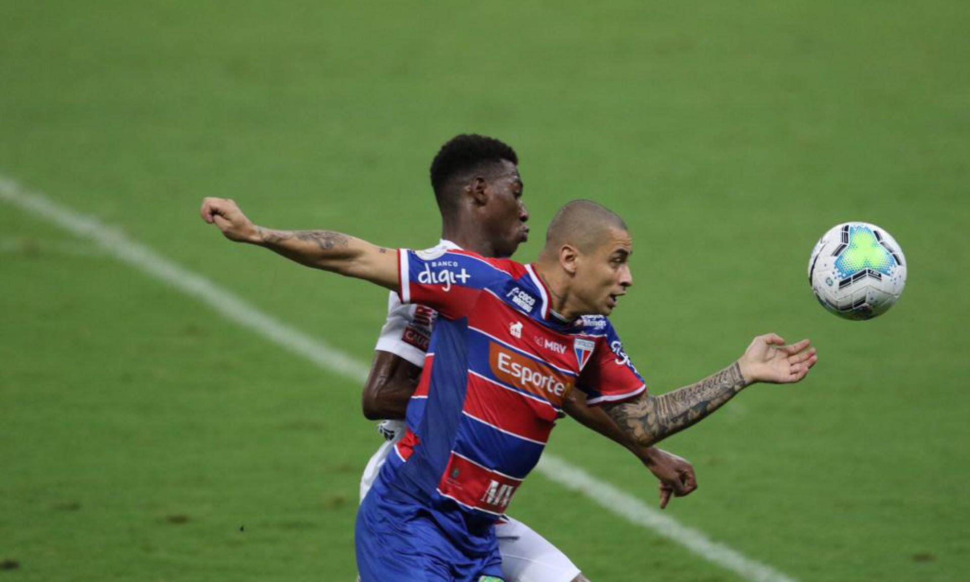 Wellington Paulista disputa bola com Léo, do São Paulo (Foto: Fabio Lima / O POVO)