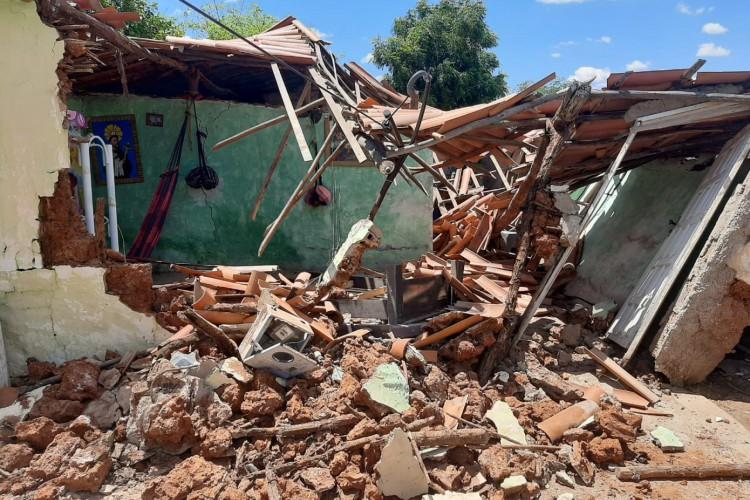 Casa desaba em Jucás na manhã deste sábado, 14 (Foto: Reprodução/ Whatsapp)