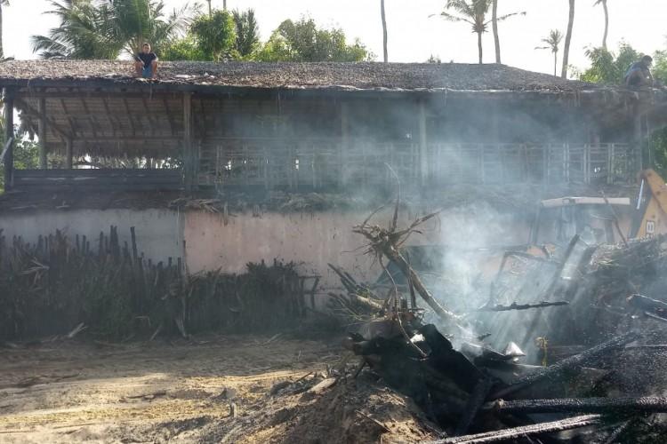 Incêndio foi controlado em ação conjunta entre bombeiros e populares; Toda a estrutura da barraca foi comprometida pelo incêndio.    (Foto: Reprodução/ WhatsApp O POVO)