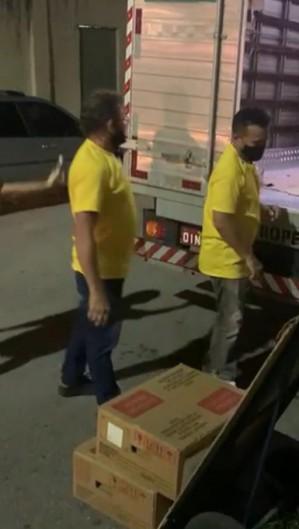 Os funcionários levavam urnas para um caminhão.  (Foto: reprodução/vídeo )