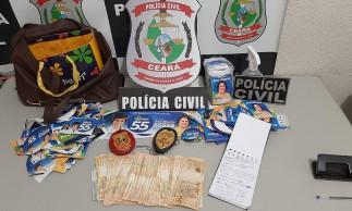 Dinheiro em espécie, um telefone celular e uma lista com nomes e contatos foram apreendidos pela Polícia