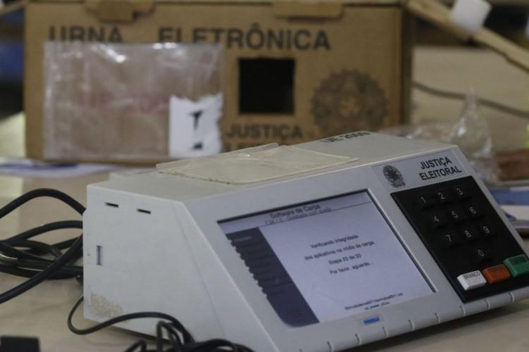 Rio de Janeiro - Urna eletrônica de contingência do TRE sendo preparada para envio aos locais de votação nas eleições municipais de 2020, no pólo eleitoral Jardim Botânico. (Fernando Frazão/Agência Brasil) (Foto: Fernando Frazão/Agência Brasil)