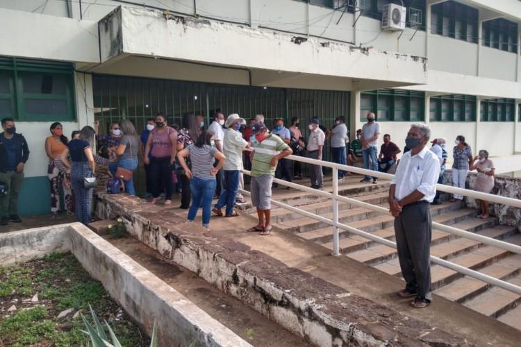 Em Picos, interior do Piauí, um dos locais de votação, a Unidade Escolar Desembargador Vidal de Freitas, ainda não tinha aberto as portas até as 8h. (Foto: Antônio Rocha/TV Clube)