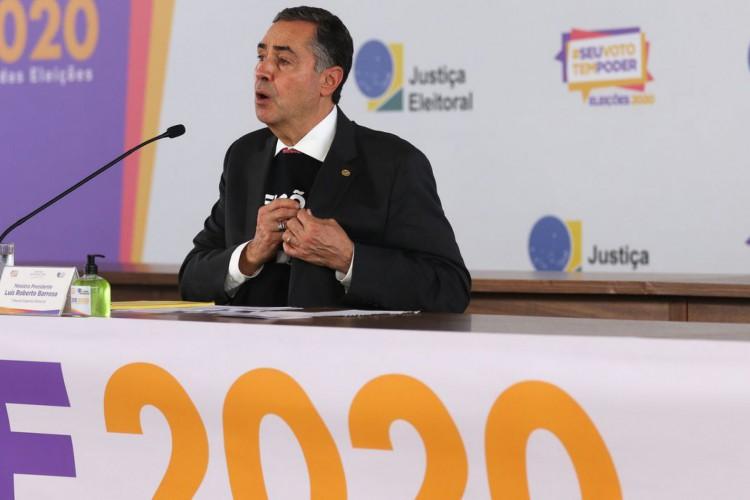 O presidente do TSE, ministro Luís Roberto Barroso, fala à imprensa no Centro de Divulgação das Eleições (CDE) 2020 (Foto: Marcello Casal JrAgência Brasil)