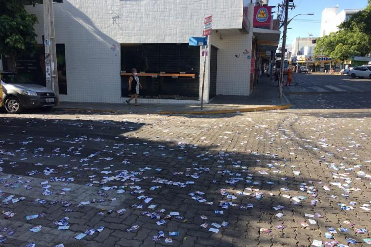 Um dos casos ocorreu em Juazeiro do Norte, onde os homens foram flagrados espalhando panfletos nas ruas do bairro do Horto. (Foto: Luciano Cesário/Especial para O POVO)