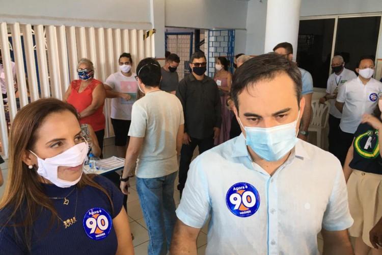 Capitão Wagner e a vice Kamila Cardoso chegam em local de votação em Fortaleza (Foto: FÁBIO LIMA)