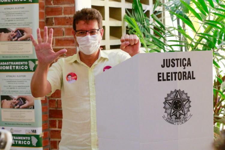 O candidato à Prefeitura de Fortaleza Renato Roseno, do Psol, votou no Colégio Ari de Sá. (Foto: Barbara Moira/O POVO)
