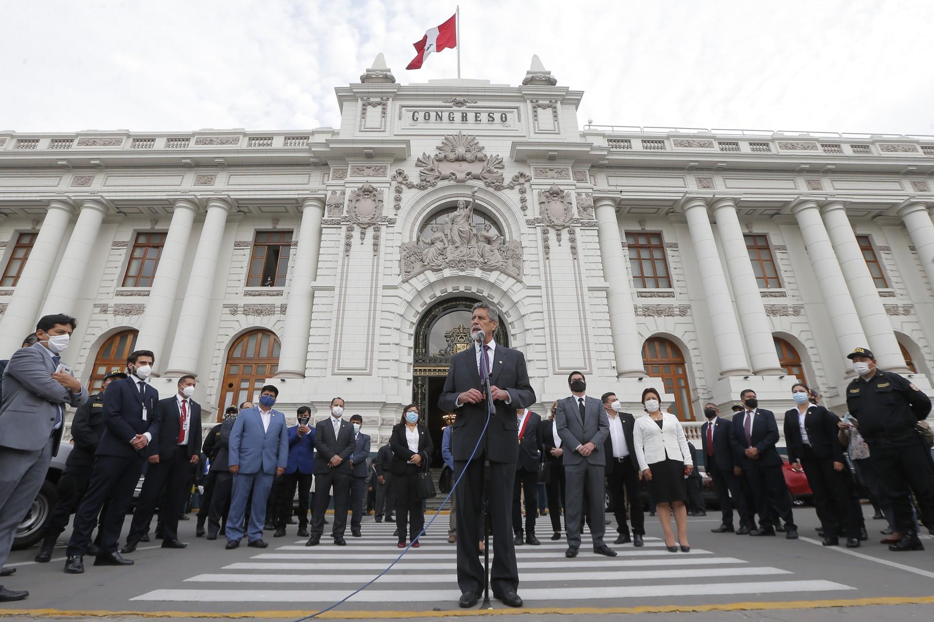 EX-FUNCIONÁRIO do Banco Mundial de 76 anos, Francisco Sagasti discursou ontem em frente ao Congresso, em Lima (Foto: Luka GONZALES / AFP)