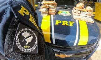 PRF apreende veículo na BR-222, em Tianguá, com cerca de 17,9kg de cocaína e 5,38kg de pasta base de cocaína.