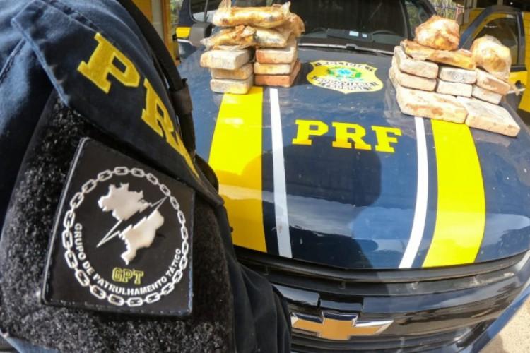 PRF apreende veículo na BR-222, em Tianguá, com cerca de 17,9kg de cocaína e 5,38kg de pasta base de cocaína. (Foto: Reprodução/PRF)