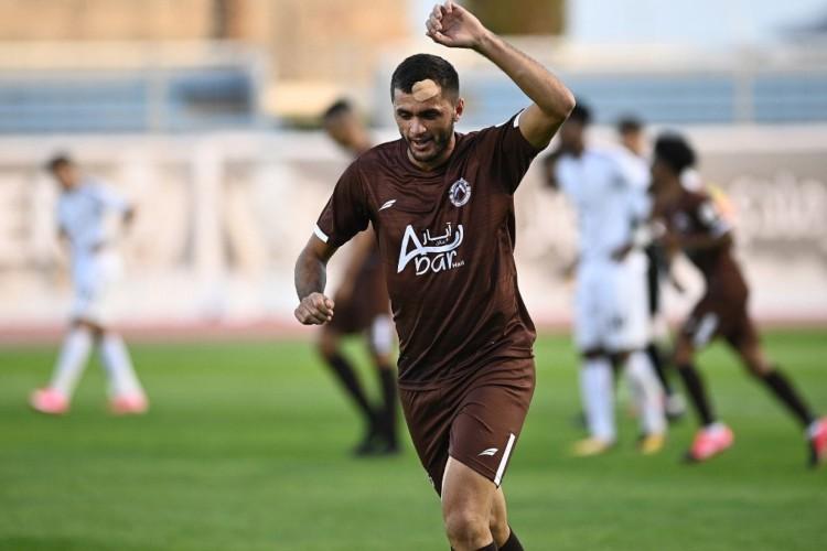Edson Cariús com a camisa do Al Jabalain  (Foto: Divugação)
