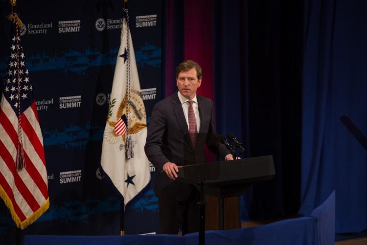 Nesta foto de arquivo tirada em 30 de julho de 2018, o subsecretário do Departamento de Segurança Interna dos EUA, Chris Krebs, fala durante a Conferência de Cibersegurança do Departamento de Segurança Interna em 31 de julho de 2018 na cidade de Nova York (Foto: AFP)