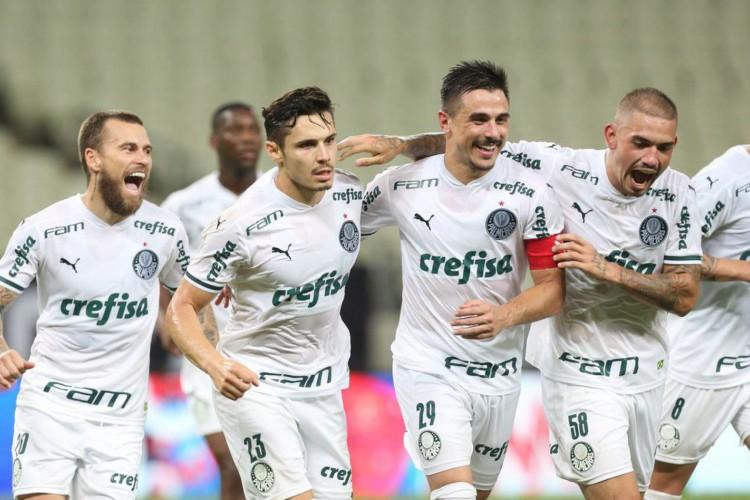 O jogador Raphael Veiga, da SE Palmeiras, comemora seu gol contra a equipe do Ceará SC, durante partida válida pelas quartas de final (volta), da Copa do Brasil, na Arena Castelão. (Foto: Cesar Greco) (Foto: Cesar Greco)