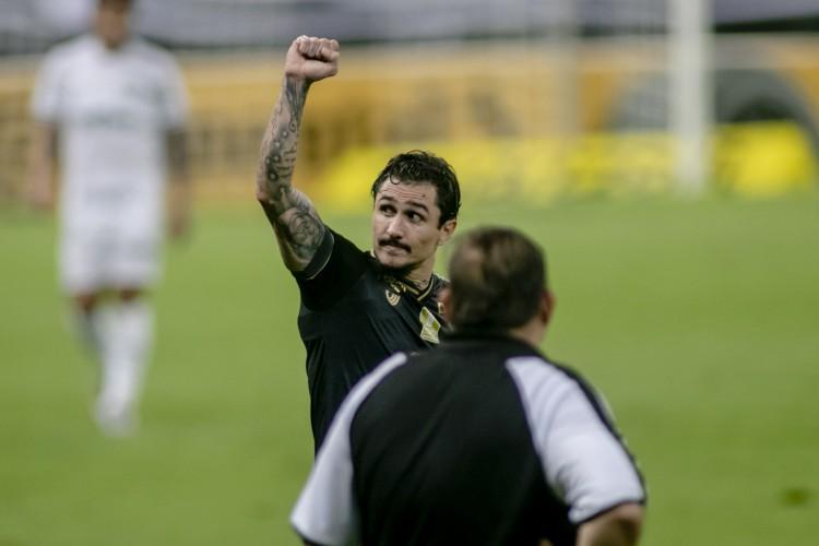 Vina marcou um gol e deu assistência para Tiago Pagnussat marcar, em partida válida pelas quartas de final da Copa do Brasil (Foto: Aurelio Alves)