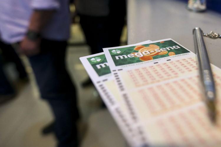 Apostadores fazem fila em casa lotérica. A Caixa Econômica Federal sorteia hoje (08) as seis dezenas do concurso 2.149 da Mega-Sena acumulada, que deve pagar um prêmio de R$ 170 milhões. (Foto: Marcelo Camargo/Agência Brasil)