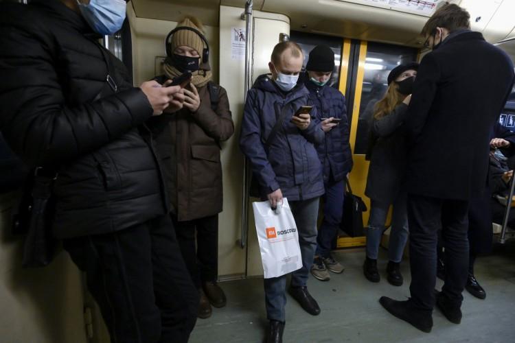 Passageiros usando máscaras faciais estão em um metrô em Moscou em 18 de novembro de 2020 (Foto: AFP)