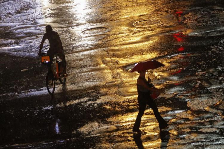 Vista do Centro da cidade, durante chuva forte que atinge diversos bairros e deixa cidade em estágio de atenção (Foto: Fernando Frazão/Agência Brasil)
