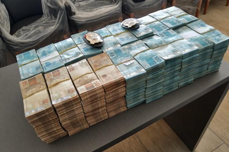 Pilha de dinheiro apreendida na mesma empresa pela 2ª eleição seguida. Um recorde? (Foto: Divulgação/PF)