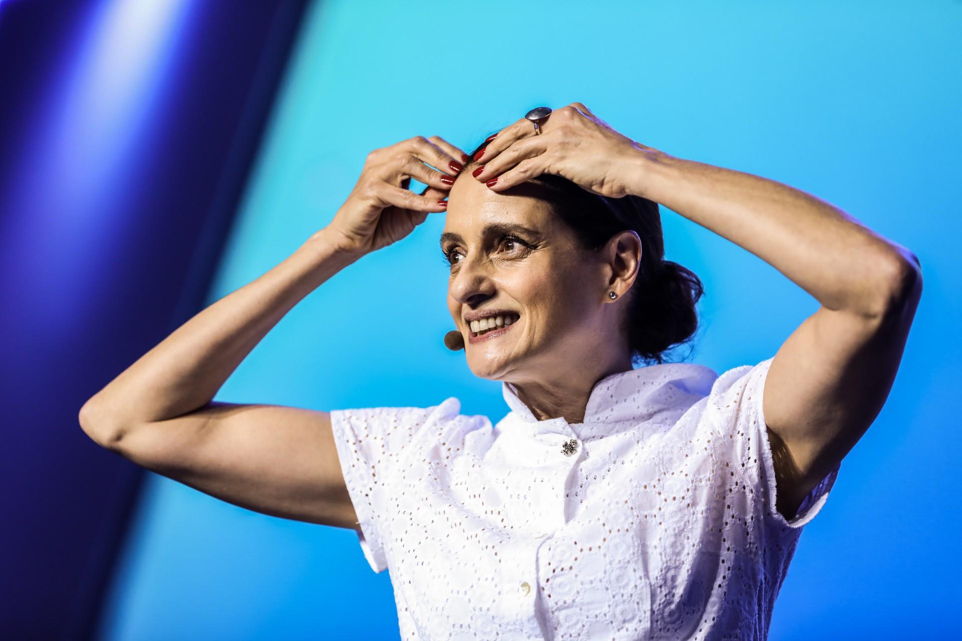 Denise Fraga reflete: como não ser tomado pela frieza da tecnologia?
