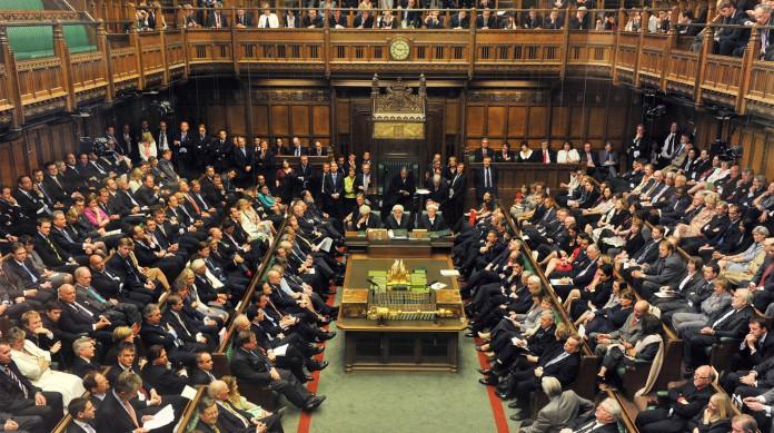No Parlamento britânico, um dos mais antigos do mundo, governo e oposição sentam frente a frente, em lados opostos