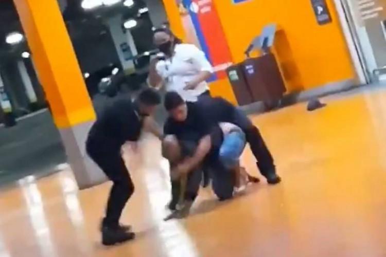 Vídeo em que homem é agredido circula pela internet desde a noite de ontem, 19. (Foto: Reprodução/Twitter)