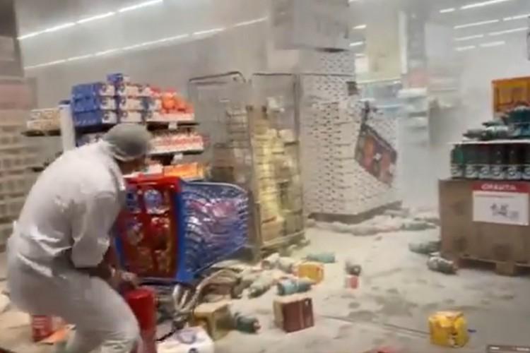 Em vídeos que circulam nas redes sociais, é possível ver funcionários tentando apagar o fogo com extintores no Carrefour em SP (Foto: Reprodução)