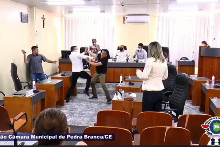 Durante troca de críticas e acusações, dois vereadores acabaram partindo para agressão, mas foram contidos pelos demais colegas (Foto: Reprodução/Câmara de Pedra Branca)