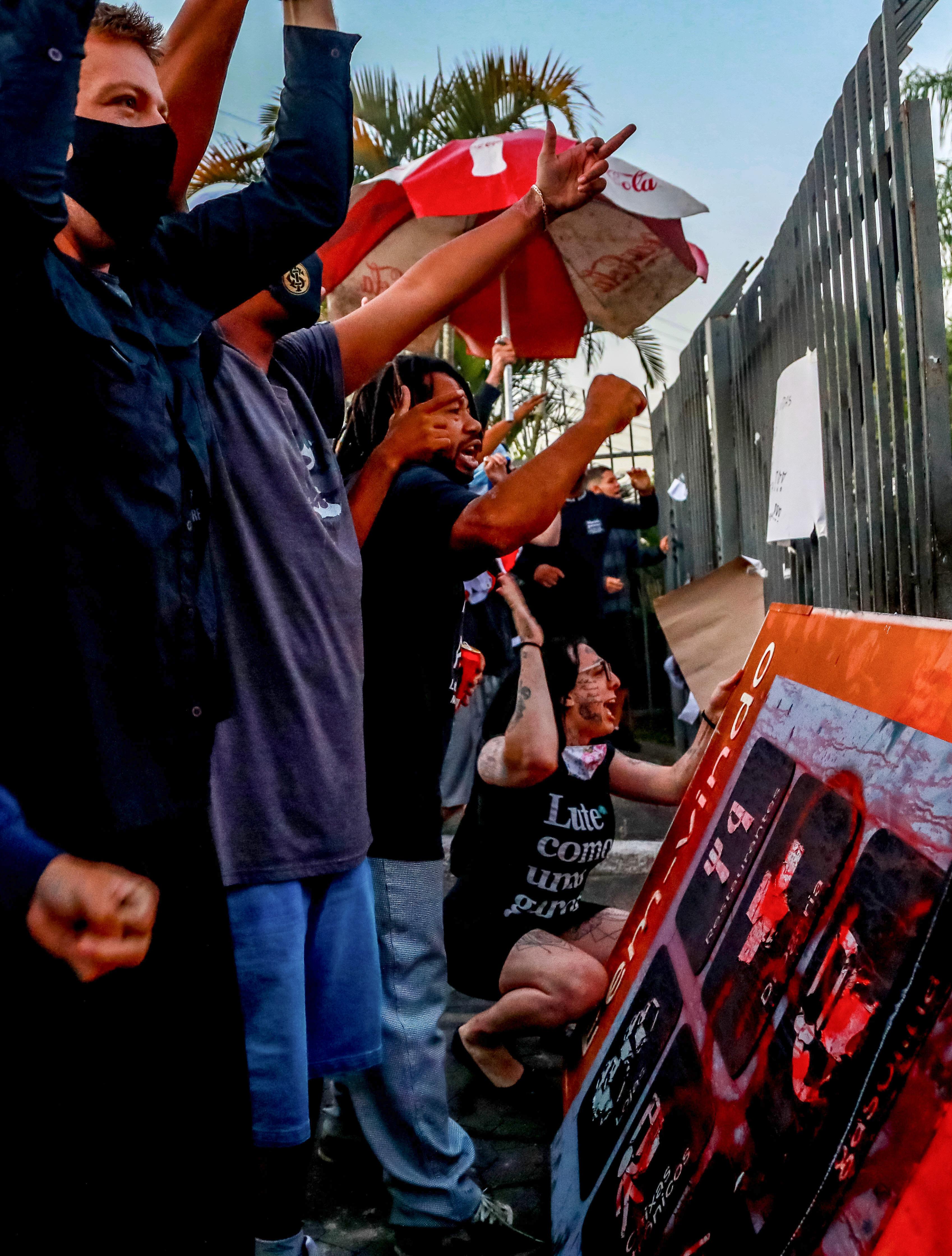 Pessoas participam de protesto contra a morte de João Alberto Silveira Freitas em frente ao supermercado Carrefour, onde foi espancado, em Porto Alegre, RS, Brasil, em 20 de novembro de 2020. - Morte de um negro homem na noite de quinta-feira após ser espancado por seguranças brancos em um supermercado do grupo Carrefour em Porto Alegre desencadeou uma onda de indignação no Brasil, que nesta sexta-feira comemora o Dia da Consciência Negra. (Foto de SILVIO AVILA / AFP)