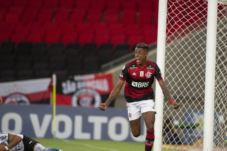 Flamengo derrota Coritiba e dorme na liderança do Brasileiro (Foto: )