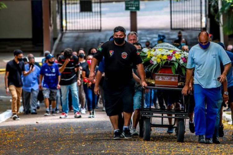 Enterro ocorreu na manhã deste sábado, em Porto Alegre (Foto: Silvio Avila/AFP)