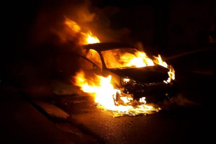 O incêndio foi controlado pelo Corpo de Bombeiros e o veículo teve perda total. (Foto: CBMCE)