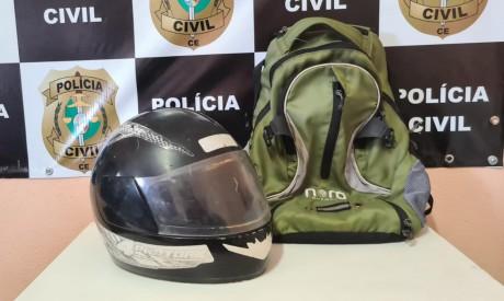 Capacete e mochila de suspeito de homicídio e de tentativa de homicídio foram apreendidos pela Polícia