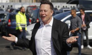 CEO da Tesla, Elon Musk, gesticulando ao chegar para visitar o canteiro de obras do futuro gigante do carro elétrico dos EUA Tesla, em Gruenheide, perto de Berlim