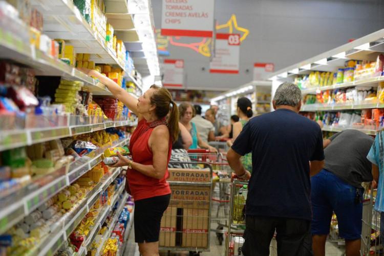 Vitória (ES) - Supermercados lotados e com filas nos caixas e na entrada funcionam em horário reduzido. (Tânia Rêgo/Agência Brasil) (Foto: Tânia Rêgo/Agência Brasil)