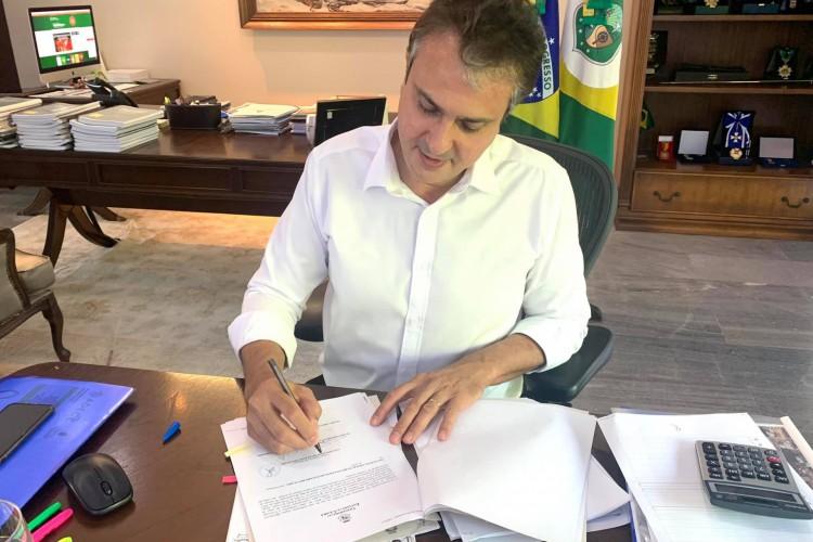 Governador fez publicação nas redes sociais para anunciar processo de criação das comissões (Foto: Reprodução/Facebook/Camilo Santana)