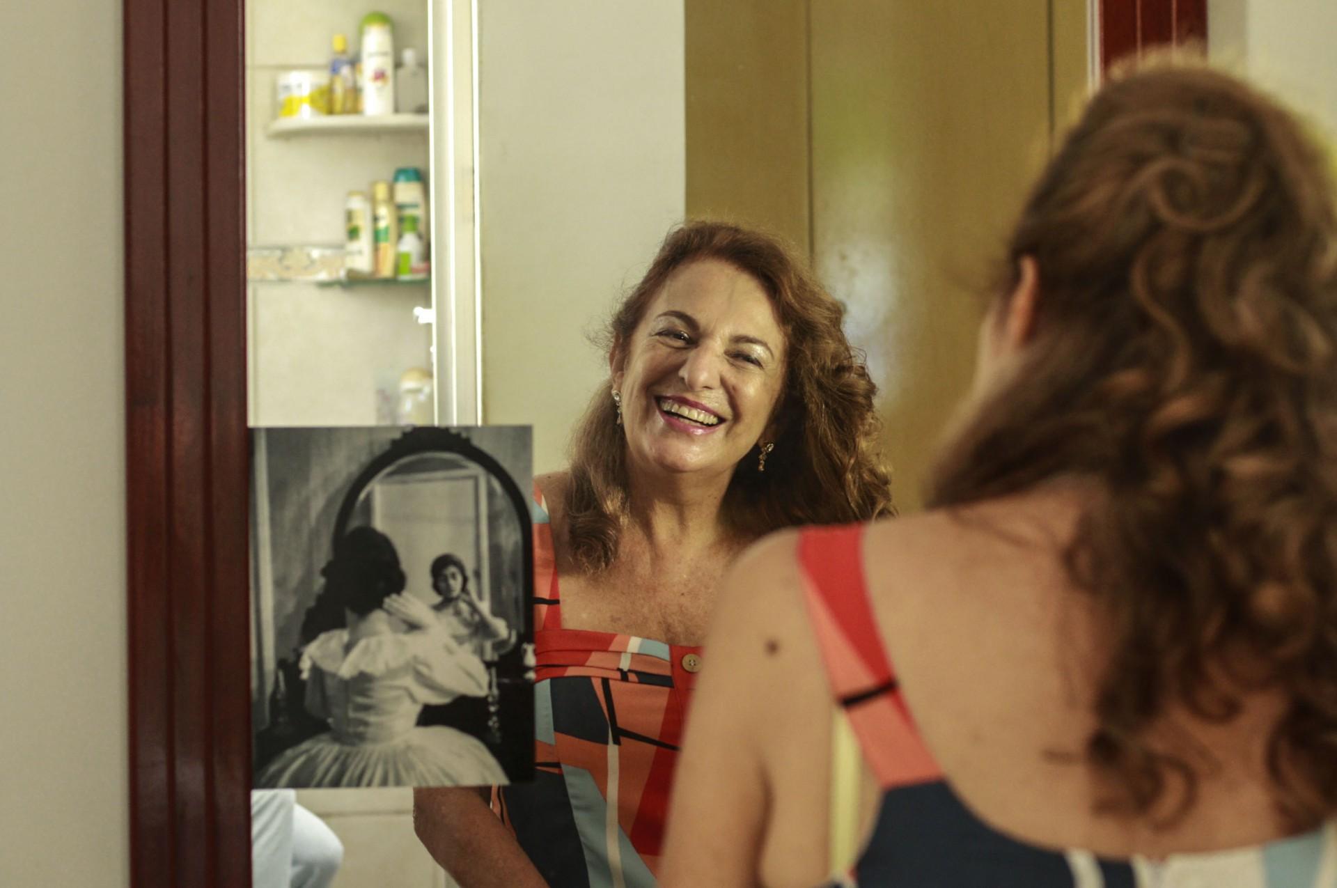 Jane de Azeredo, uma das pioneiras da TV Ceara nunca se viu na televisão da época por causa da programação ao vivo (Foto: Barbara Moira / O POVO)