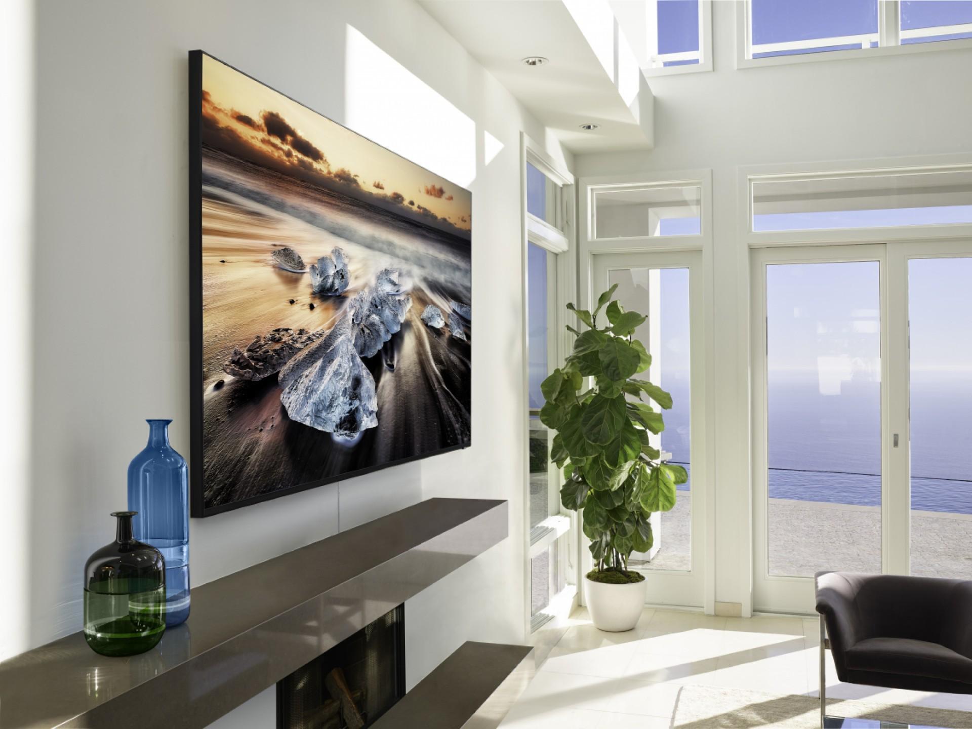 O design da TV Q900 foi pensado para fazer parte da decoração da casa, tendo também menos fios expostos do que outros modelos