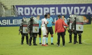 Jogadores do São Paulo reclamam com o árbitro Wagner do Nascimento Magalhães após o jogo Ceará x São Paulo, na Arena Castelão, pelo Campeonato Brasileiro Série A