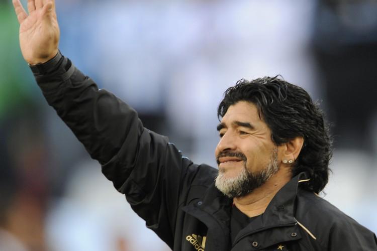 Diego Maradona morreu de parada cardiorrespiratória aos 60 anos, em casa; figuras de destaque como políticos, celebridades e jogadores, além de clubes de futebol, lamentaram morte do ídolo argentino (Foto: Javier SORIANO / AFP)