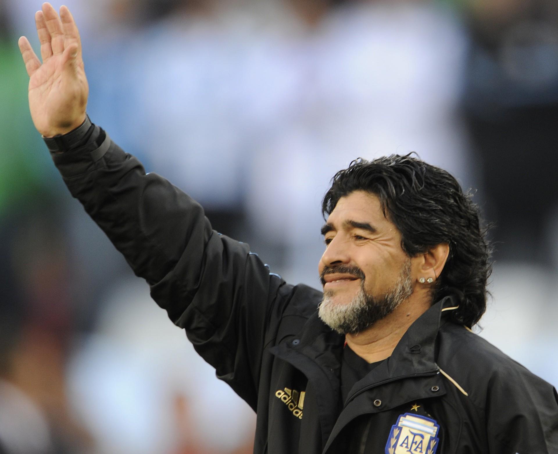 Diego Maradona morreu de parada cardiorrespiratória aos 60 anos, em casa; figuras de destaque como políticos, celebridades e jogadores, além de clubes de futebol, lamentaram morte do ídolo argentino