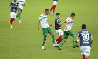 Atacante Osvaldo disputa a bola em lance do jogo Fortaleza x Goiás, na Arena Castelão, pelo Campeonato Brasileiro Série A
