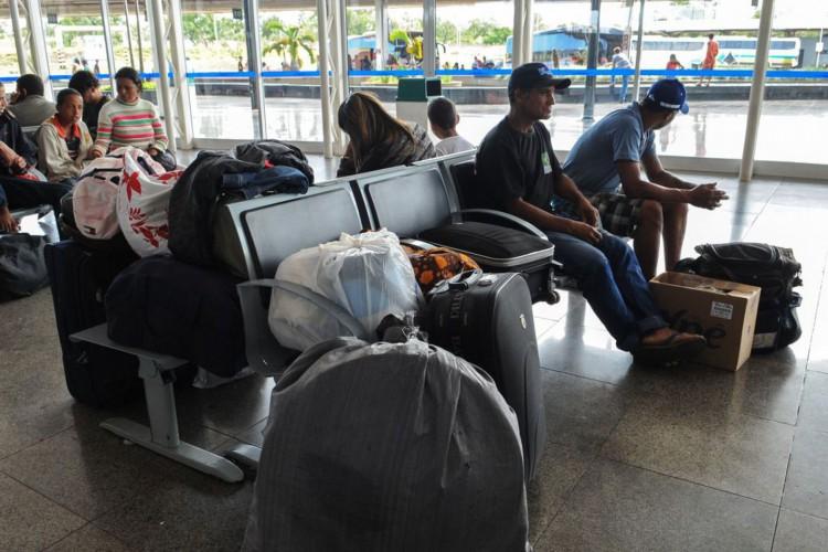 Pessoas que passarão a noite de réveillon viajando de ônibus, aguardam na rodoviária de Brasília, para embarcar para vários Estados (Elza Fiúza/Agência Brasil) (Foto: Elza Fiúza/Agência Brasil)