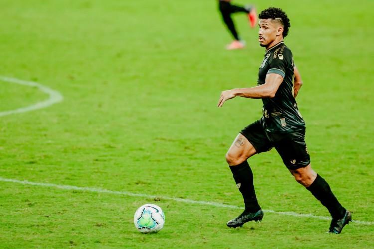 Sobral já atuou de lateral-direito, volante centralizado e ponta na atual temporada  (Foto: JÚLIO CAESAR/O POVO)